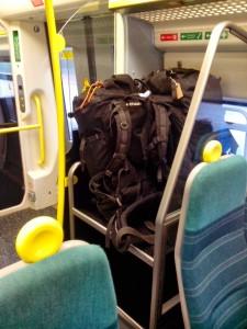 Je fajn, že v londýnských příměstských vlacích myslí i na objemná zavazadla